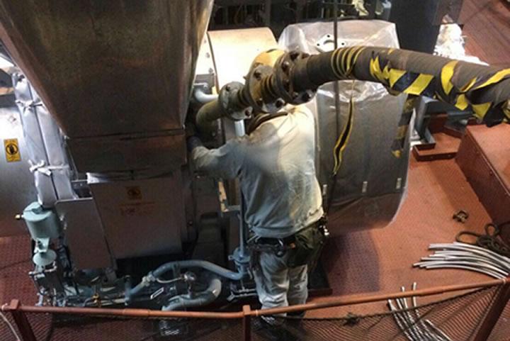 エンジン試運転時排気ダクトの取り付け作業