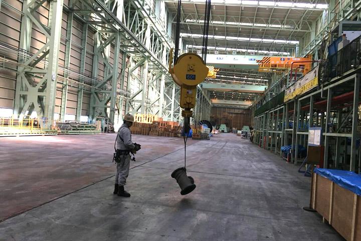吊り下げ式天井クレーンでの運搬作業